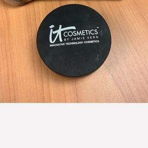 It cosmetics poreless illuminizer and brush